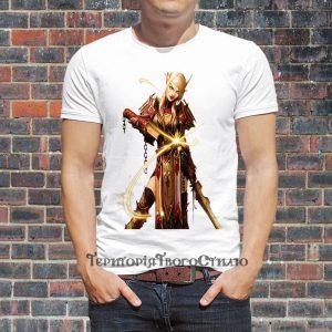 мужчина в футболке с эльфийкой