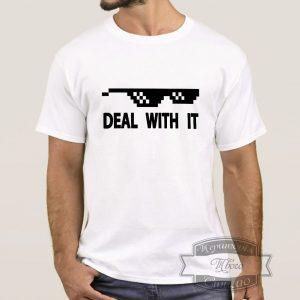Мужчина в белой футболке