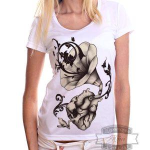 Девушка в футболке с патефоном