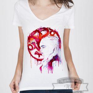 женщина в футболке с рисунком драконы