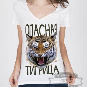 Девушка в футболке с тигрицой
