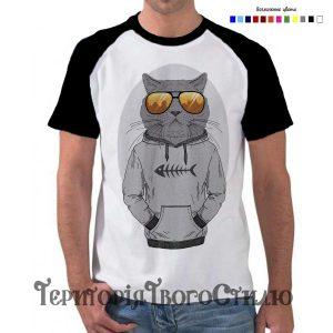 мужчина в футболке с котом