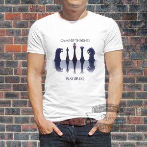 мужчина в футболке возле стены