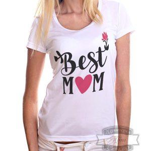 женщина блондинка в футболке