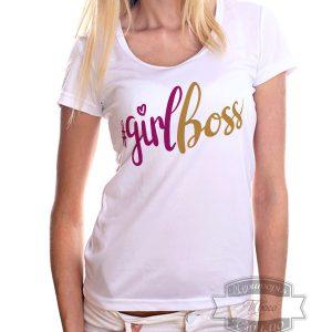 женщина блондинка в футболке с натписью