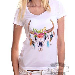женщина в футболке с черепом