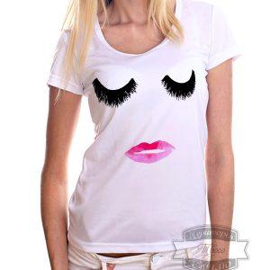 светлая девушка в футболке с ресничками