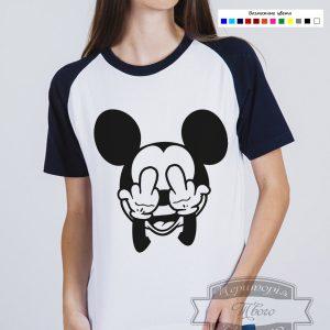 темноволосая девушка в футболке