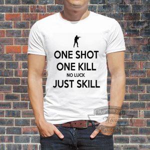 Мужчина в футболке Контр страйк