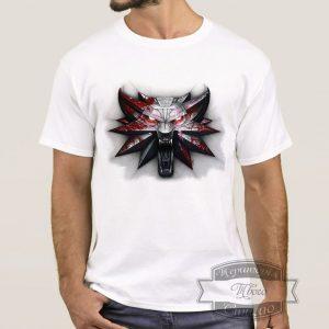 Мужчина в футболке с медалькой ведьмака