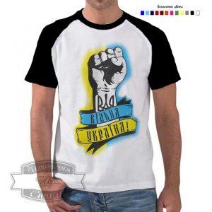 Мужик в футболці з кулаком