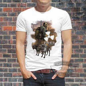 Мужчина в футболке STALKER