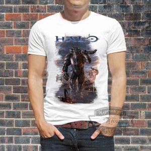 Мужчина в футболке Halo