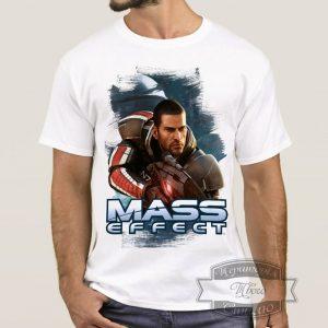 Мужик в футболке Mass Effect