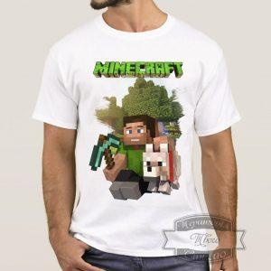 мужчина в футболке Minecraft