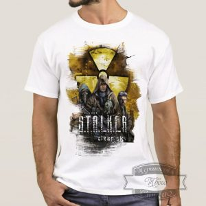Мужчина в футболке Сталкер