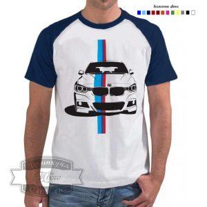Мужчина в футболке БМВ