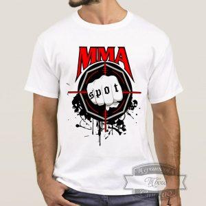 мужчина в футболке ММА