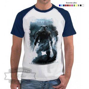 Мужчина в футболке Скайрим