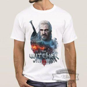 мужчина в футболке с Геральтом