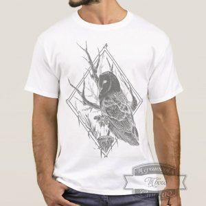 Мужчина в футболке с совой