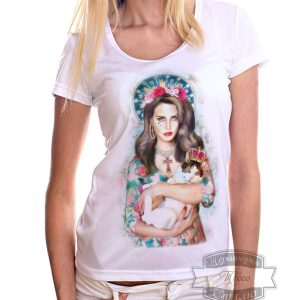 женщина в джинсах и футболке