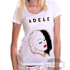 светленькая женщина в футболке