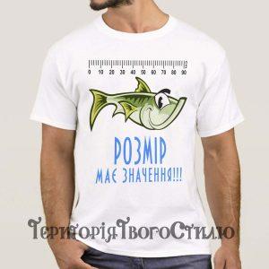 Чоловік в білій футболці з рибою