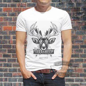 мужчина в футболке с оленем