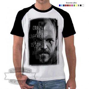 мужчина в футболке с флоки
