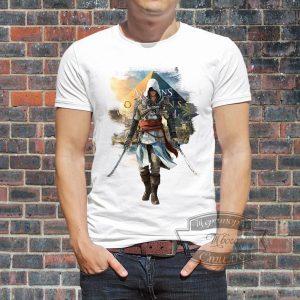 мужчина в футболке Ассасинс Крид