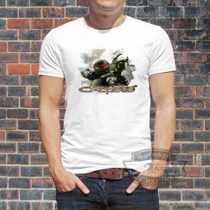 мужчина в футболке Crysis