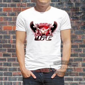 мужчина в футболке UFC