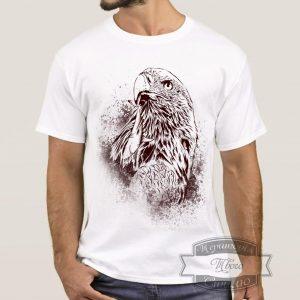 мужчина в футболке с орлом
