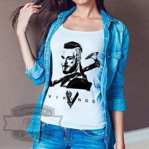 девушка в футболке рагнар лодброк