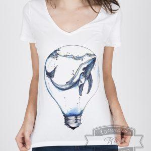 темноволосая девушка в футболке с китом