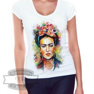 Девушка в футболке с портретом