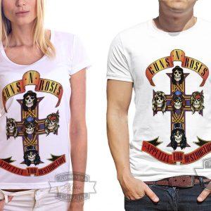 Мужик и женщина в футболке ганс енд роузес