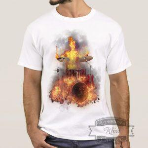 Мужчина в футболке с барабанщиком