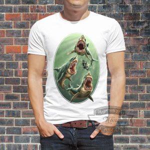 мужик в футболке с акулами