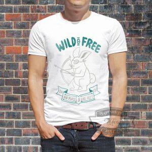 Мужчина в футболке с зайцем