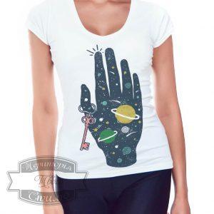Девушка в футболке с рукой