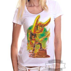 Девушка в футболке с гитаристом