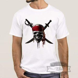 Мужчина в футболке с веселым роджером