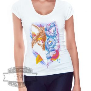 Девушка в футболке с лисой геометрического стиля