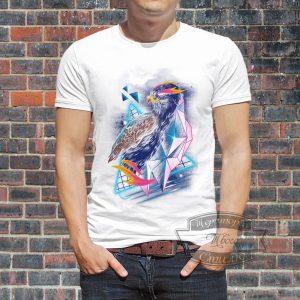 Мужчина в футболке с орлом геометрик