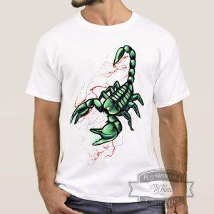 мужик в футболке с скорпионом