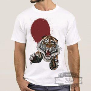 мужчина в футболке с тигром