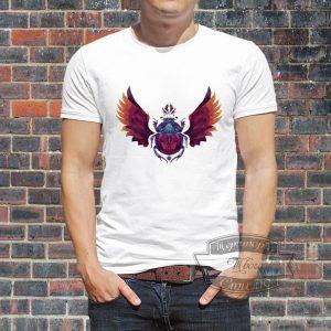 Мужик в футболке с жуком