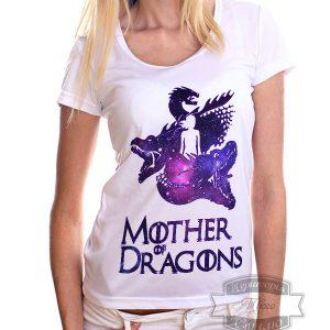 женщина в футболке мать драконов